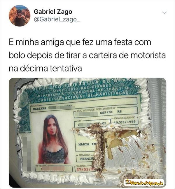 Imagem de um bolo com a imagem da carteira de motorista de uma jovem. A jovem fez festa para comemorar depois de conseguir passar na décima tentativa.